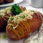Cartofi Hasselback cu sos de branza si cascaval