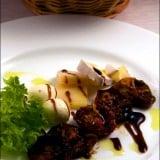 Rosii caramelizate, servite cu branzeturi