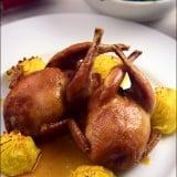 Prepelite umplute, servite cu sos brun si cartofi Duchesse