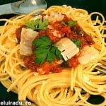 Spaghete cu telina si sos de rosii