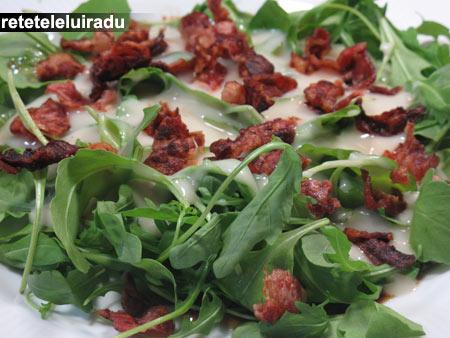 Salată de ruccola cu bacon şi sos Roquefort