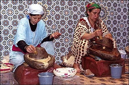 Zdrobirea samburilor de argan - sursa foto: freehandmehdi.com