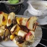 Frigărui de fructe cu sos de smântână