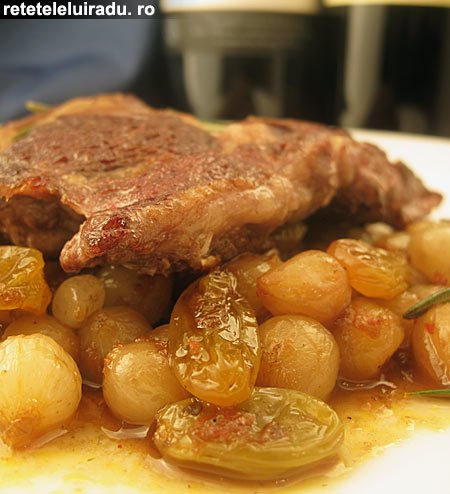 Antricot de vita cu salata de ceapa dulce-acrisoara