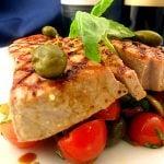 Ton la gratar cu salata mediteraneana
