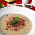 Supa crema de cartofi cu tapenade, menta si mult usturoi