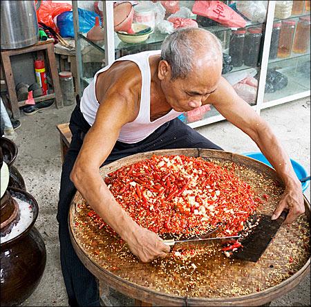 mincing chillies and garlic - Fotografii de pe papamond (27) 1 - Retetele lui Radu
