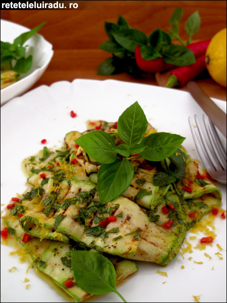 Salata de dovlecei cu vinegreta si ierburi