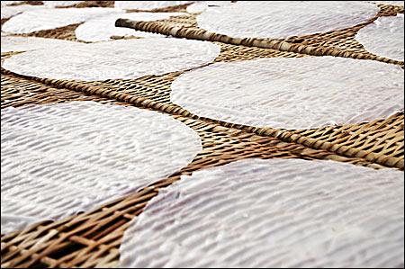Rice paper drying at a bamboo frame - Fotografii de pe papamond (39) 1 - Retetele lui Radu