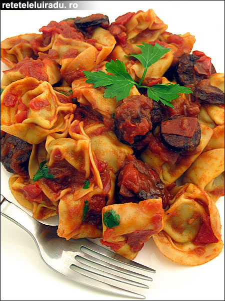 Tortellini cu carnati chorizo si sos picant de rosii - Tortellini cu carnati chorizo si sos picant de rosii 1 - Retetele lui Radu