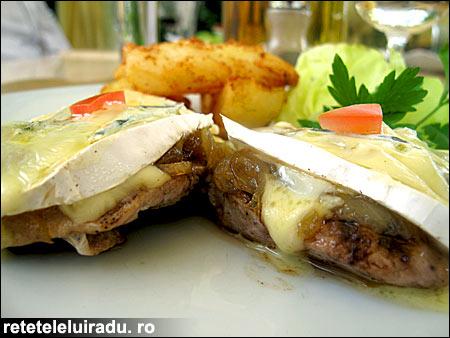 Muschiulet de porc cu ceapa caramelizata si branza cambozzola - Muschiulet de porc cu ceapa caramelizata si branza cambozzola 1 - Retetele lui Radu