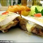 Muschiulet de porc cu ceapa caramelizata si branza cambozzola