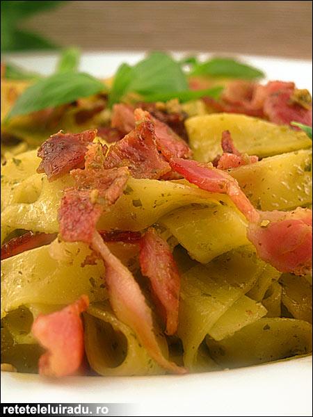 Tagliatelle cu pesto si bacon