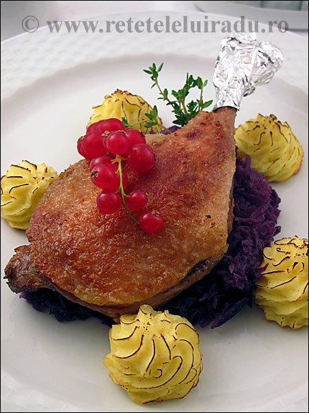 Confit de rata cu varza rosie si cartofi Duchesse
