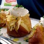 Cartofi copti cu ceapa caramelizata si branza Chavroux