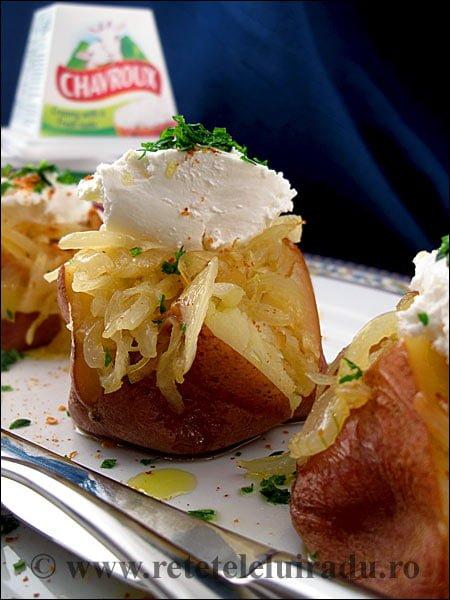 Cartofi copti cu ceapa caramelizata si crema - Cartofi copti cu ceapa caramelizata si branza Chavroux 1 - Retetele lui Radu