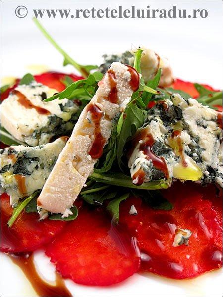 Salata de capsuni cu branza1 - Salata de capsuni cu rucola si branza cu mucegai 1 - Retetele lui Radu