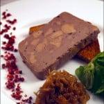 Mousse-mozaic din ficat de gasca, servit cu dulceata de ceapa si piper roz