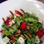 Salata de rucola cu branza albastra, nuci si capsuni