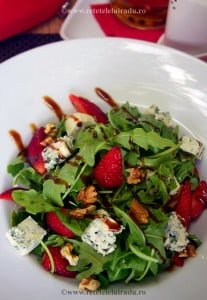 Salata de rucola cu branza albastra nuci si capsuni - Salata de rucola cu branza albastra, nuci si capsuni 7 - Retetele lui Radu