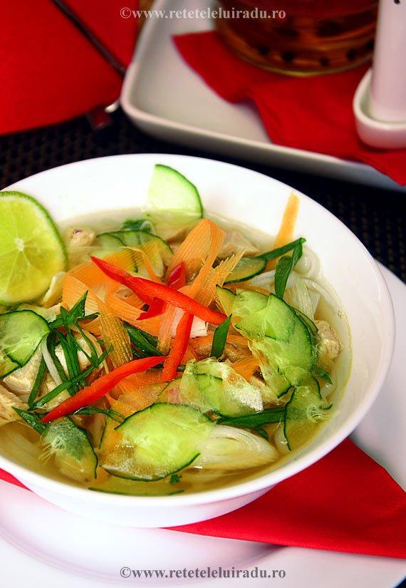 Supa de pui cu taitei de orez